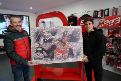 El Fan Club regala a Marc Márquez un cuadro especial para su 28 Aniversario